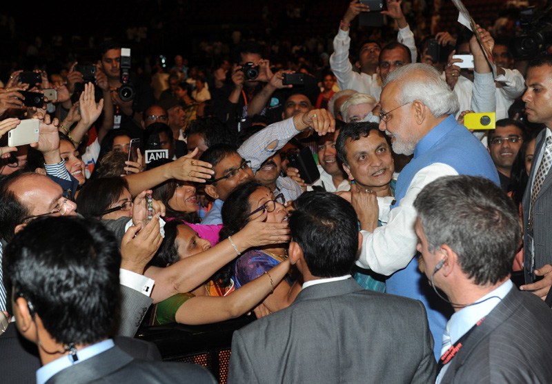 Modi addressing interacting with people at Allphones Arena Sydney November 17 2014