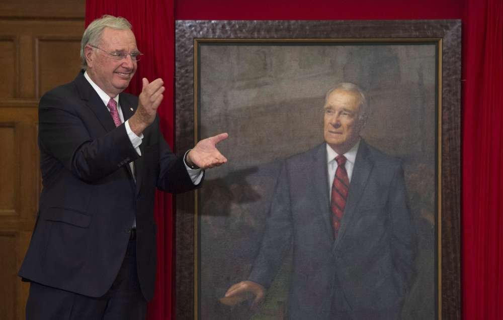 Former prime minister Paul Martin applauds after his official portrait was unveiled during a ceremony on Parliament Hill in Ottawa, Wednesday May 11, 2016. THE CANADIAN PRESS/Adrian Wyld