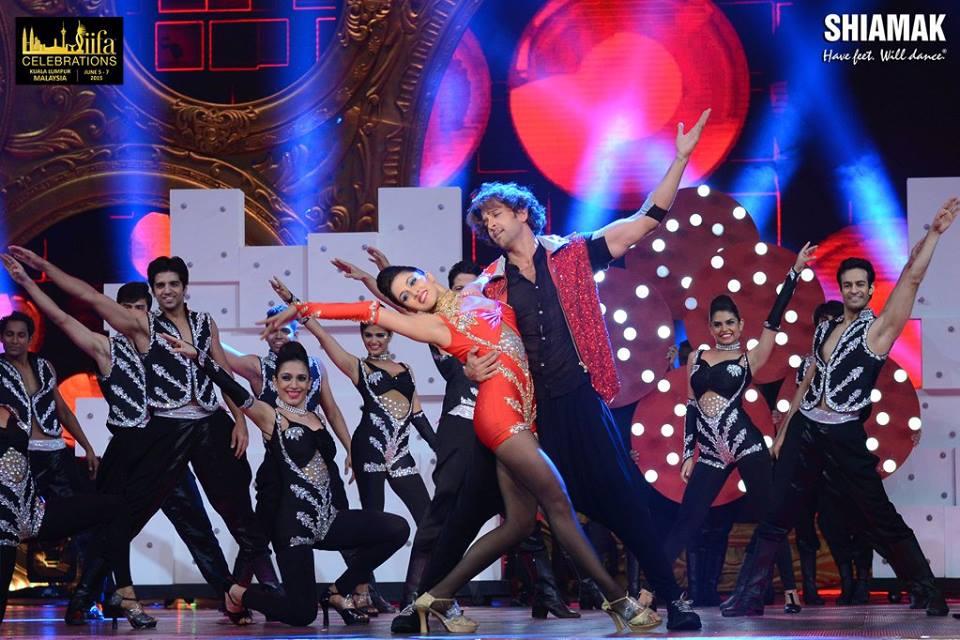 Hrithik With The Shiamak Davar Dance Company at IIFA.