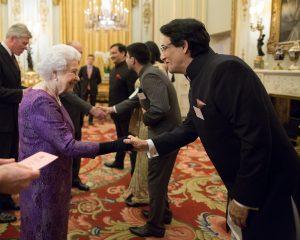 Shiamak Davar meeting Queen Elizabeth II at The Buckingham Palace (3)